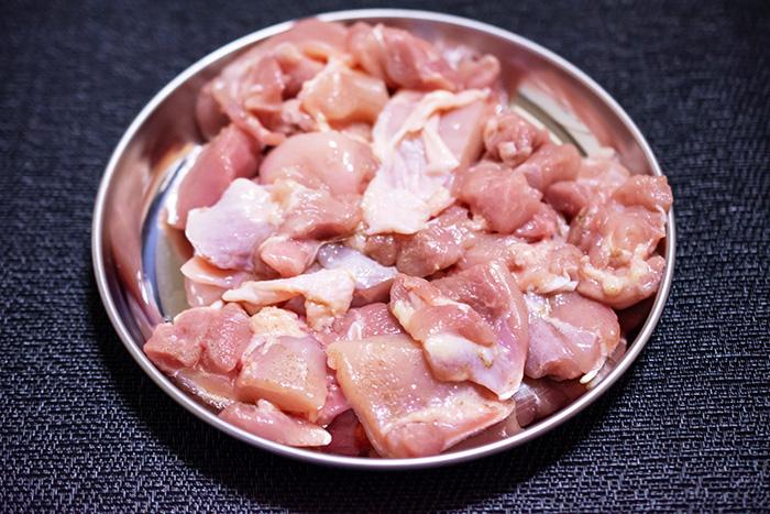 鶏肉イメージ写真カットしてボールに入れたモモ肉